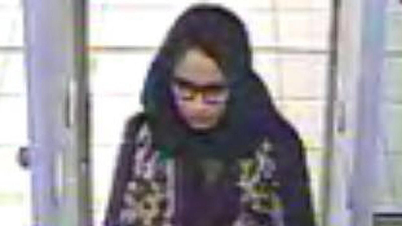 Shamima Begum, en el moment en què passava el control de l'aeroport durant la seva fugida a Síria
