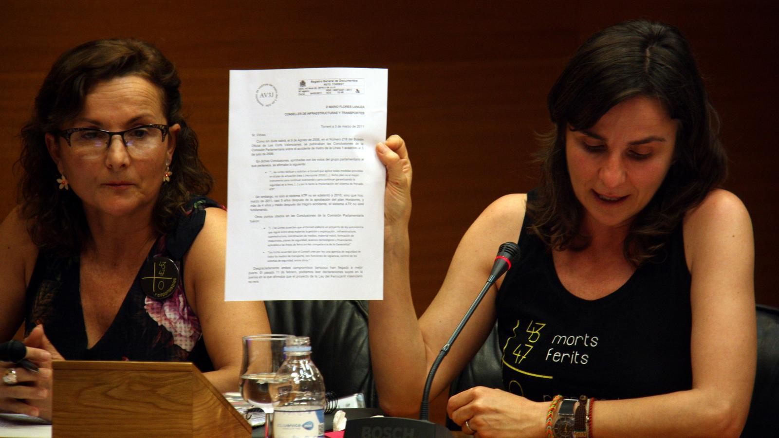 Beatriz Garrote, amb la seva germana, Rosa Garrote (esquerra), en un moment de la seva compareixença a la comissió d'investigació de les Corts Valencianes.