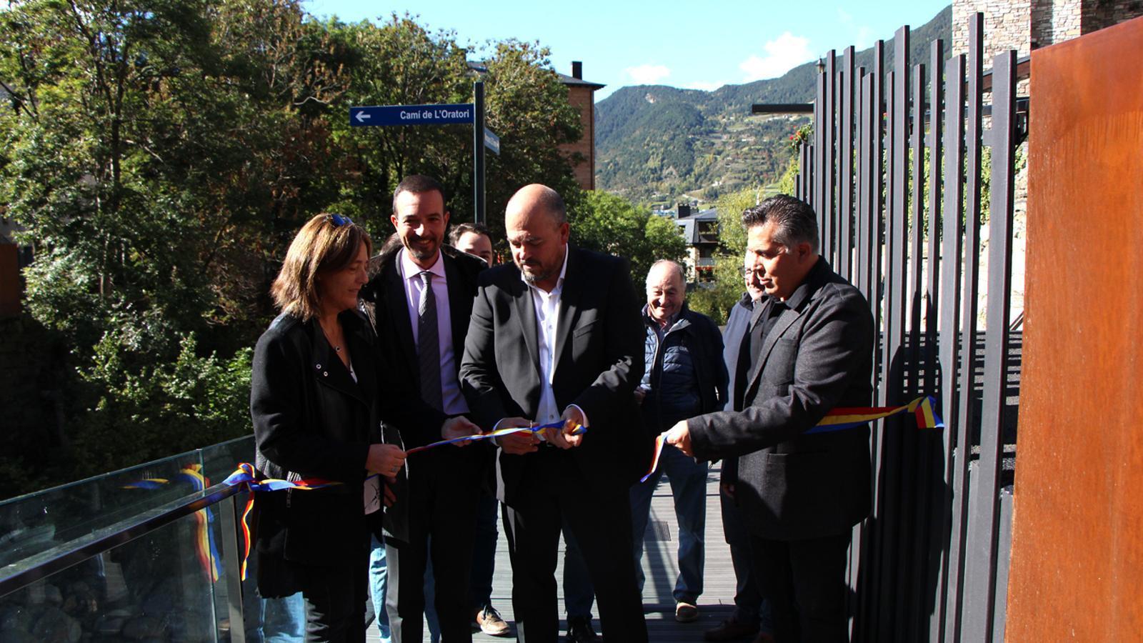 El cònsol major, Jordi Torres, talla la cinta amb altres autoritats al costat. / M. M.