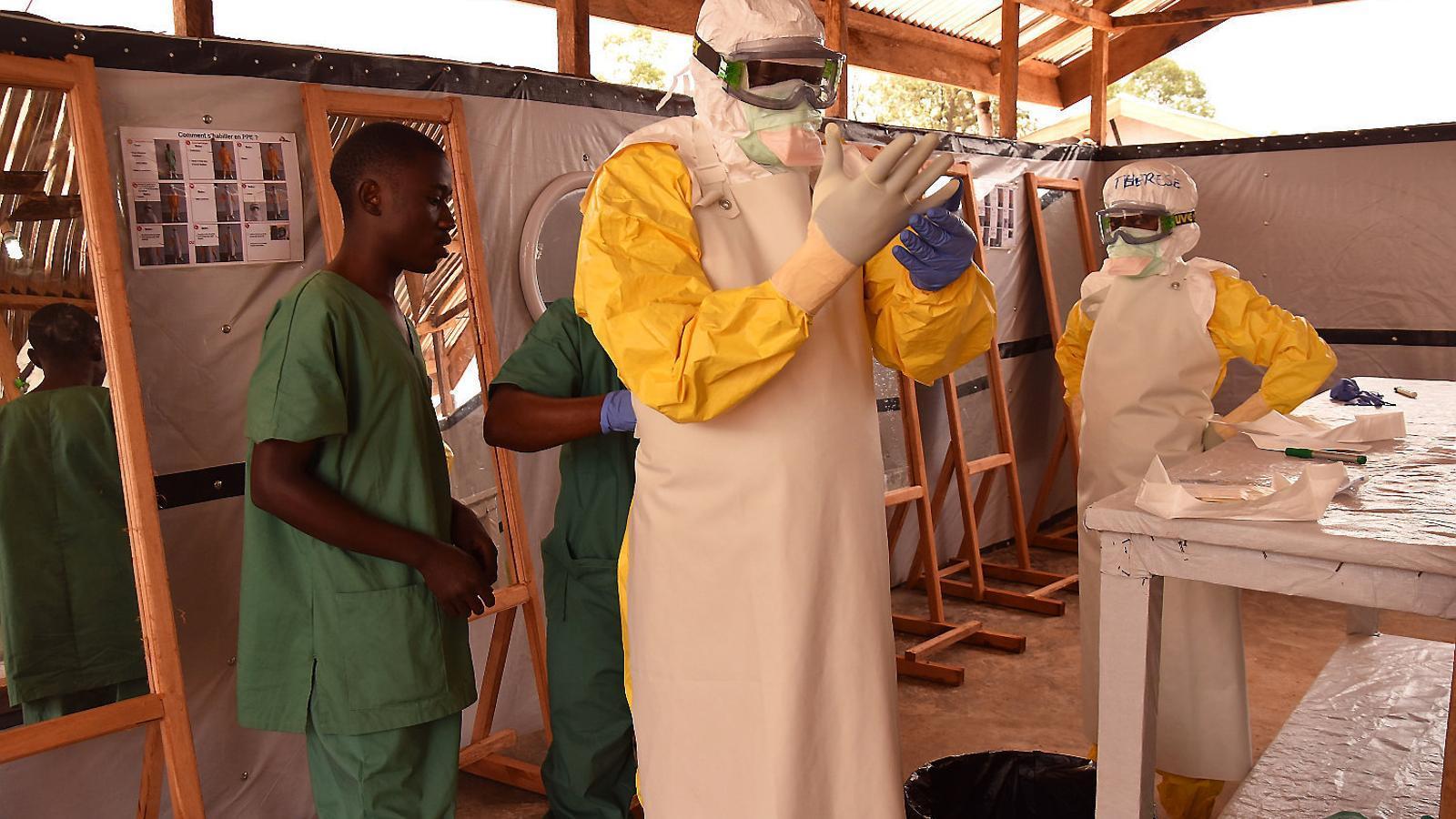 El personal sanitari de MSF es prepara per atendre els pacients amb símptomes d'Ebola al centre que l'ONG té a la localitat congolesa de Beni.