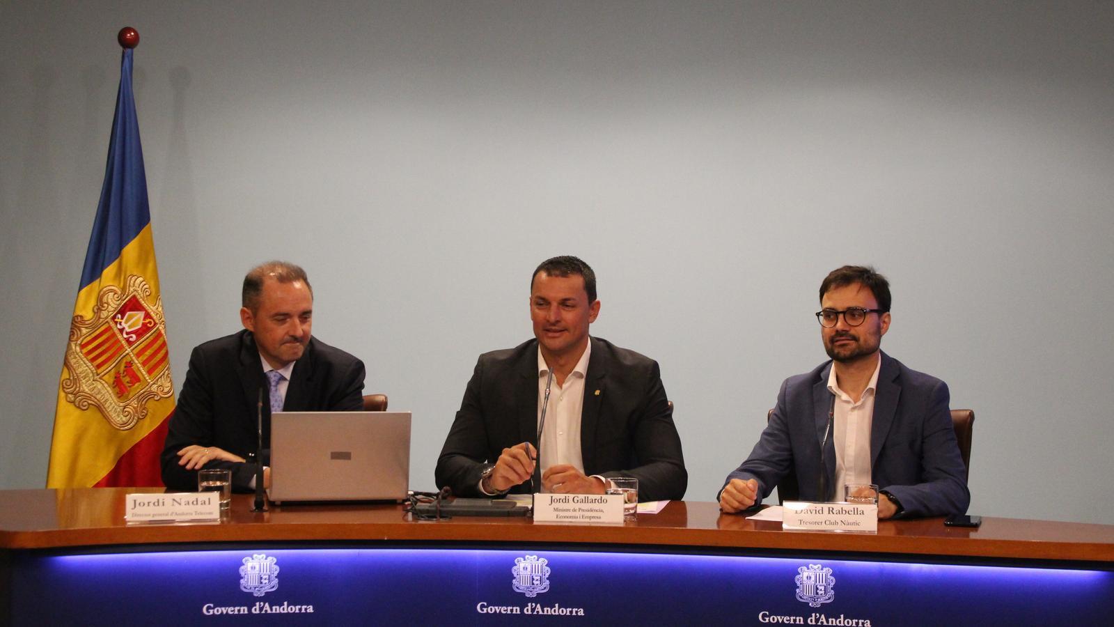 Jordi Nadal, director general d'Andorra Telecom; Jordi Gallardo, ministre de Presidència, Economia i Empresa, i David Rabella, tresorer del Club Nàutic Andorra, en la presentació dels codis marítims per a embarcacions andorranes. / S. M. (ANA)