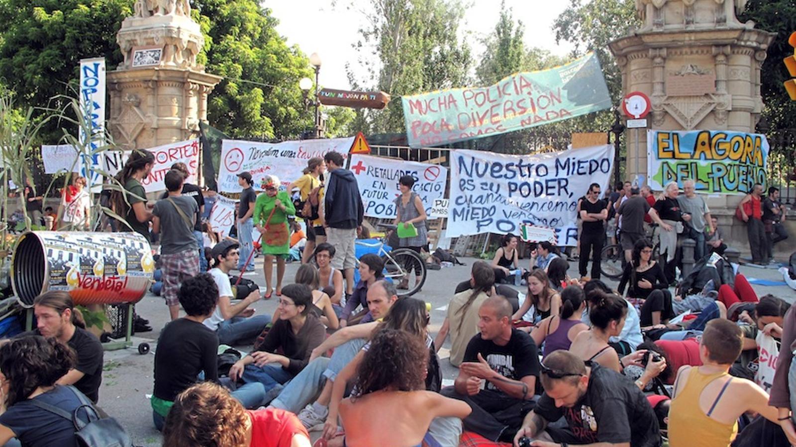 Els 'indignats' segueixen concentrats a l'entorn del parc de la Ciutadella / EFE