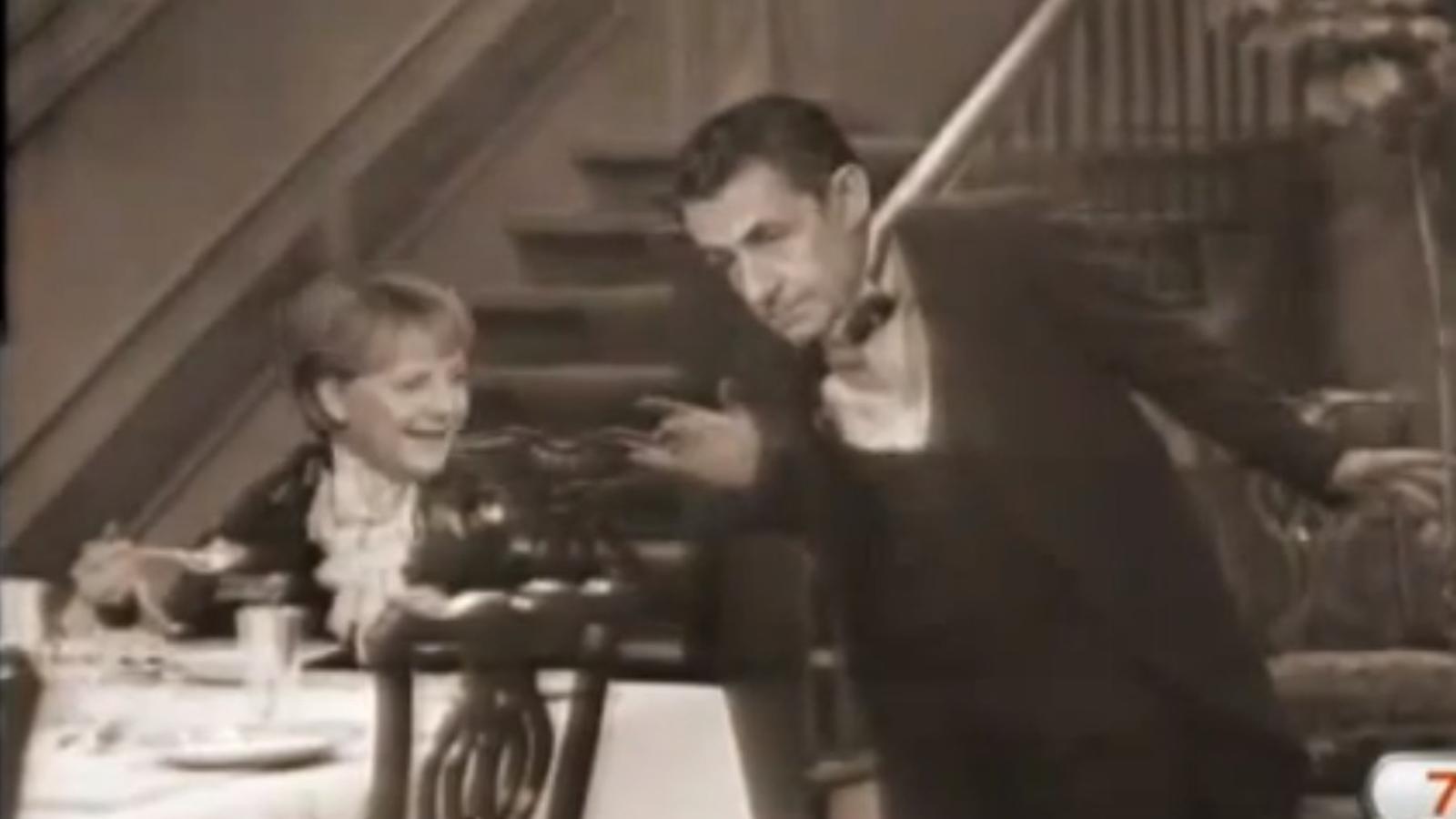 Sarkozy, el cambrer geperut de Merkel, en un vídeo que triomfa a Youtube