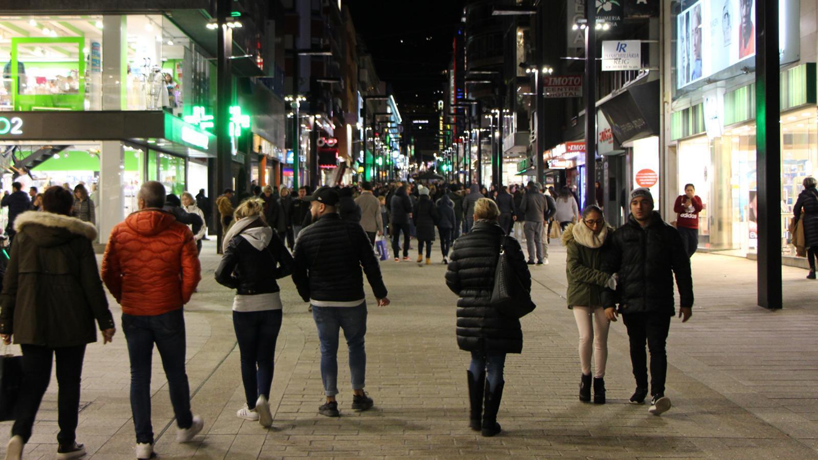 L'avinguda Meritxell plena de turistes passejant. / ARXIU