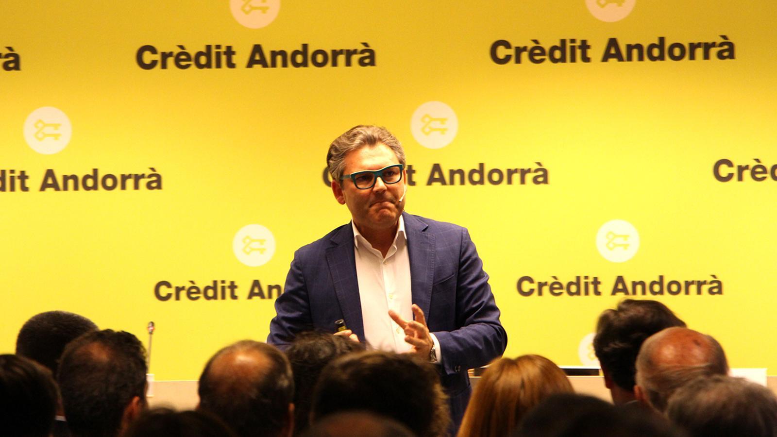 El divulgador econòmic i consultor en transformació i estratègia digital, Marc Vidal, durant la xerrada. / M. F. (ANA)