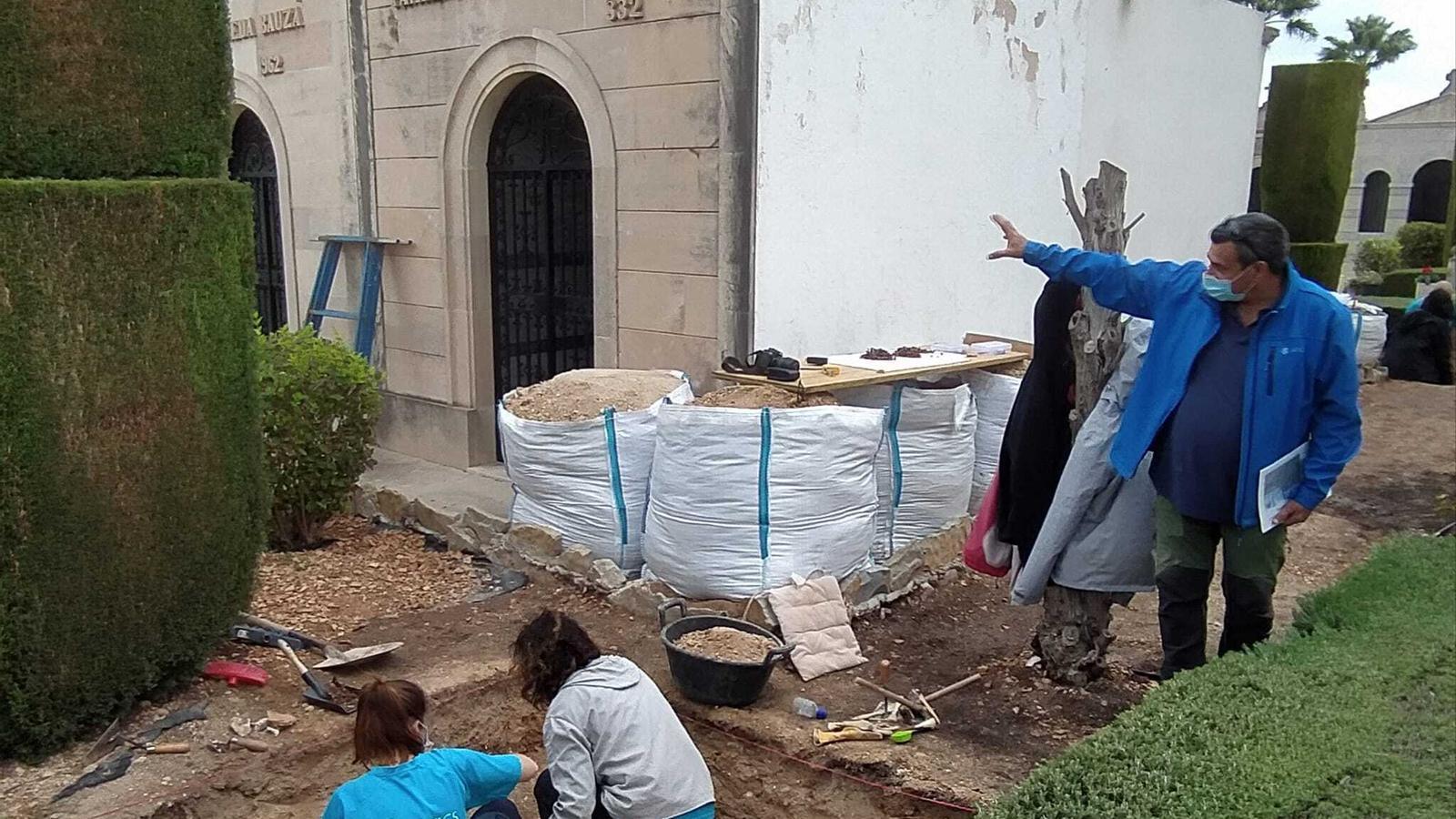 Arqueòlegs d'ATICS al cementiri de Porreres./ T.R.