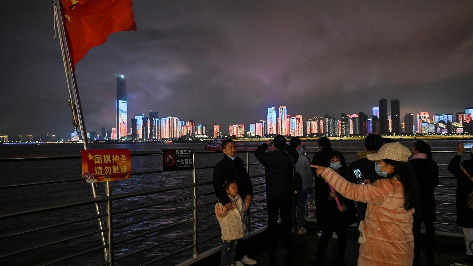Ciutadans de Wuhan creuant el riu Tangtze en un ferry, aquest dimarts