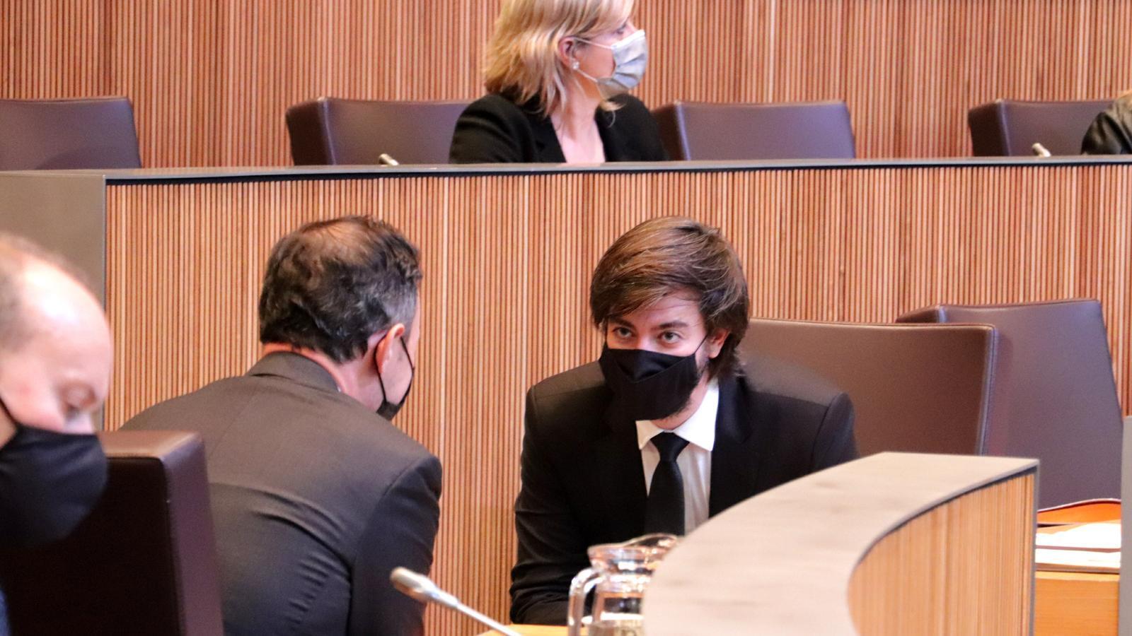Xavier Espot i Carles Ensenyat parlen durant el ple del parlament, aquest dimecres. / DEMÒCRATES