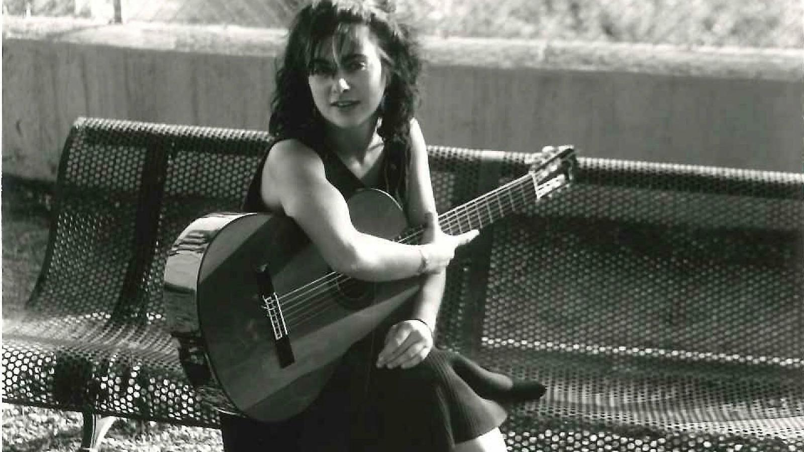 01. Anna Dodas va morir assassinada el 1984 a França.  02. Una biografia de Montserrat Bacardí s'endinsa en la vida de Maria Dolors Orriols.