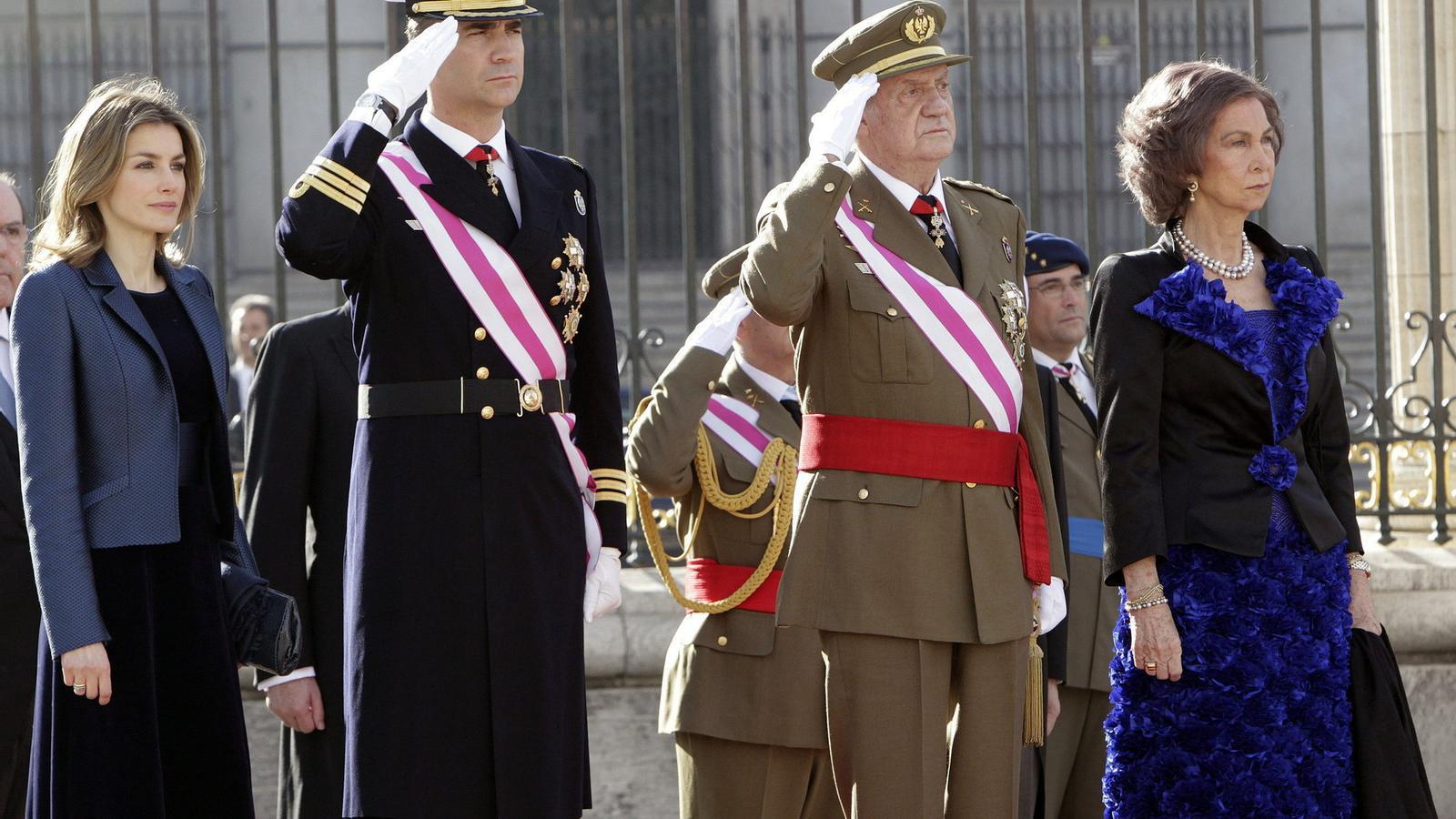 TITULARS I HEREUS  Els reis Joan Carles i Sofia i els seus successors, Felip i Letícia, en l'última Pasqua Militar. La Corona passa el pitjor moment des de la seva restitució.