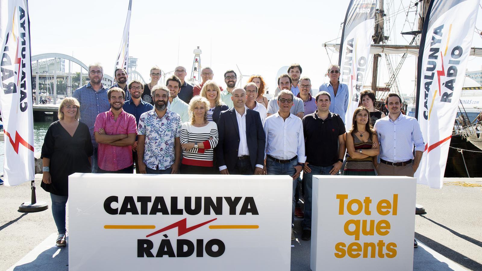 Saül Gordillo amb els presentadors de la nova temporada de Catalunya Ràdio