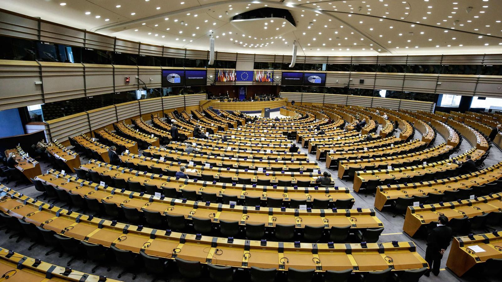 Alguns diputats del Parlament Europeu amb mascaretes i guants durant el primer ple telemàtic de la història