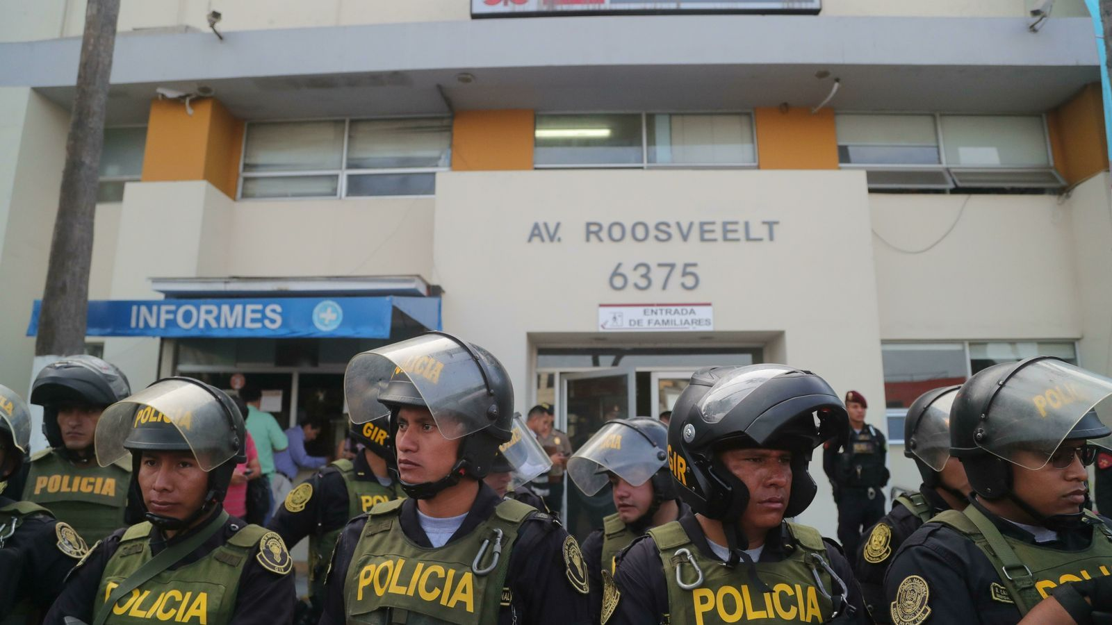 Agents de la policia davant de l'hospital Casimiro Ulloa de Lima, on està ingressant l'expresident peruà Alan García