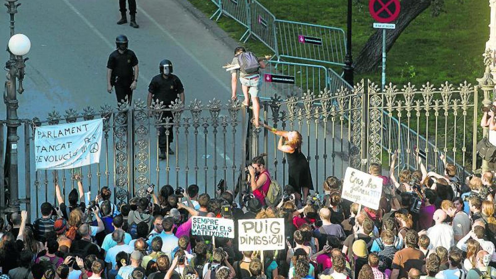 Manifestantes de los indignados delante del Parque de la Ciutadella en los hechos que se conocieron como el 'Setge al Parlament',  en junio del 2011 / JORDI PIZARRO