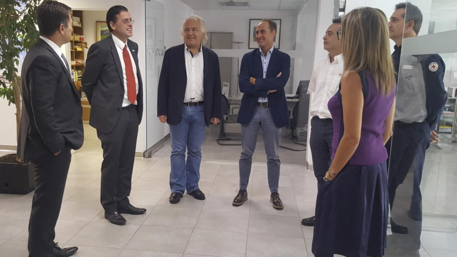El vicepresident de la Federació Internacional de la Creu Roja i la Mitja Lluna Roja, Miguel Ángel Villarroel, durant la reunió d'aquest dimarts amb els màxims responsables de la Creu Roja Andorrana. / CREU ROJA