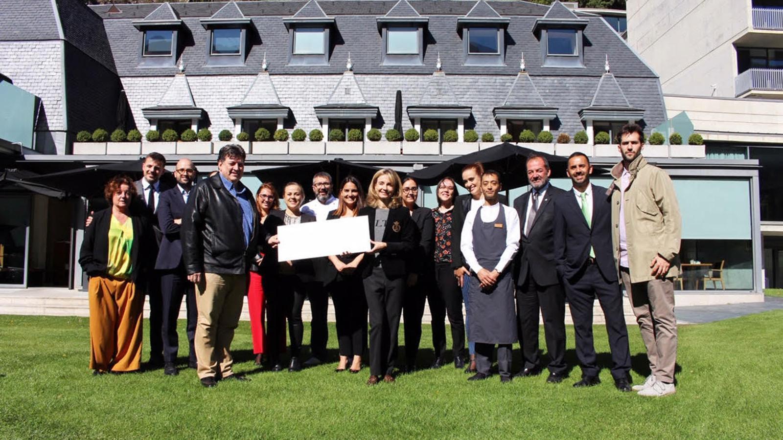 Els treballadors i representants de l'Andorra Park Hotel amb el president d'Assandca, Josep Saravia. / APH