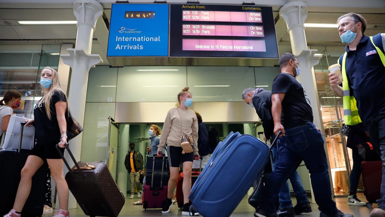 Passatgers a l'estació de St. Pancras, a Londres, després de viatjar a  la capital britànica des de França amb un tren Eurostar