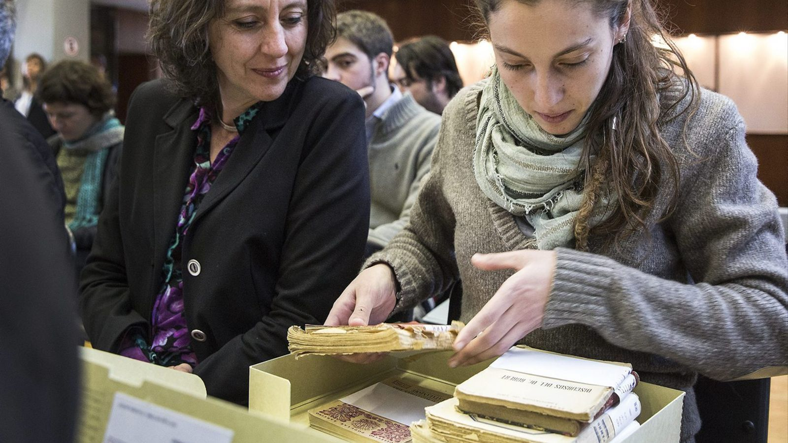 La neta d'Antoni Rovira i Virgili recollint alguns dels documents del seu avi que van ser retornats a Catalunya