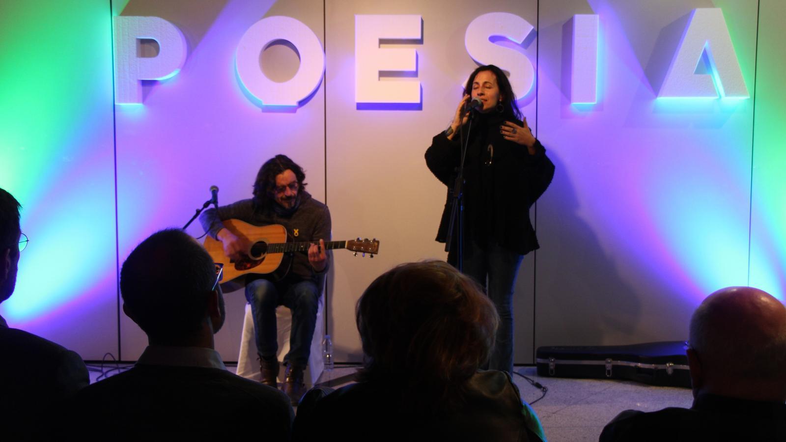 Un moment de l'actuació poètica musical de Mirna Vilasís i Xavi Múrcia, interpretant els poemes de Montserrat Abelló que componen el disc 'Espero meravelles'. / L. M. (ANA)