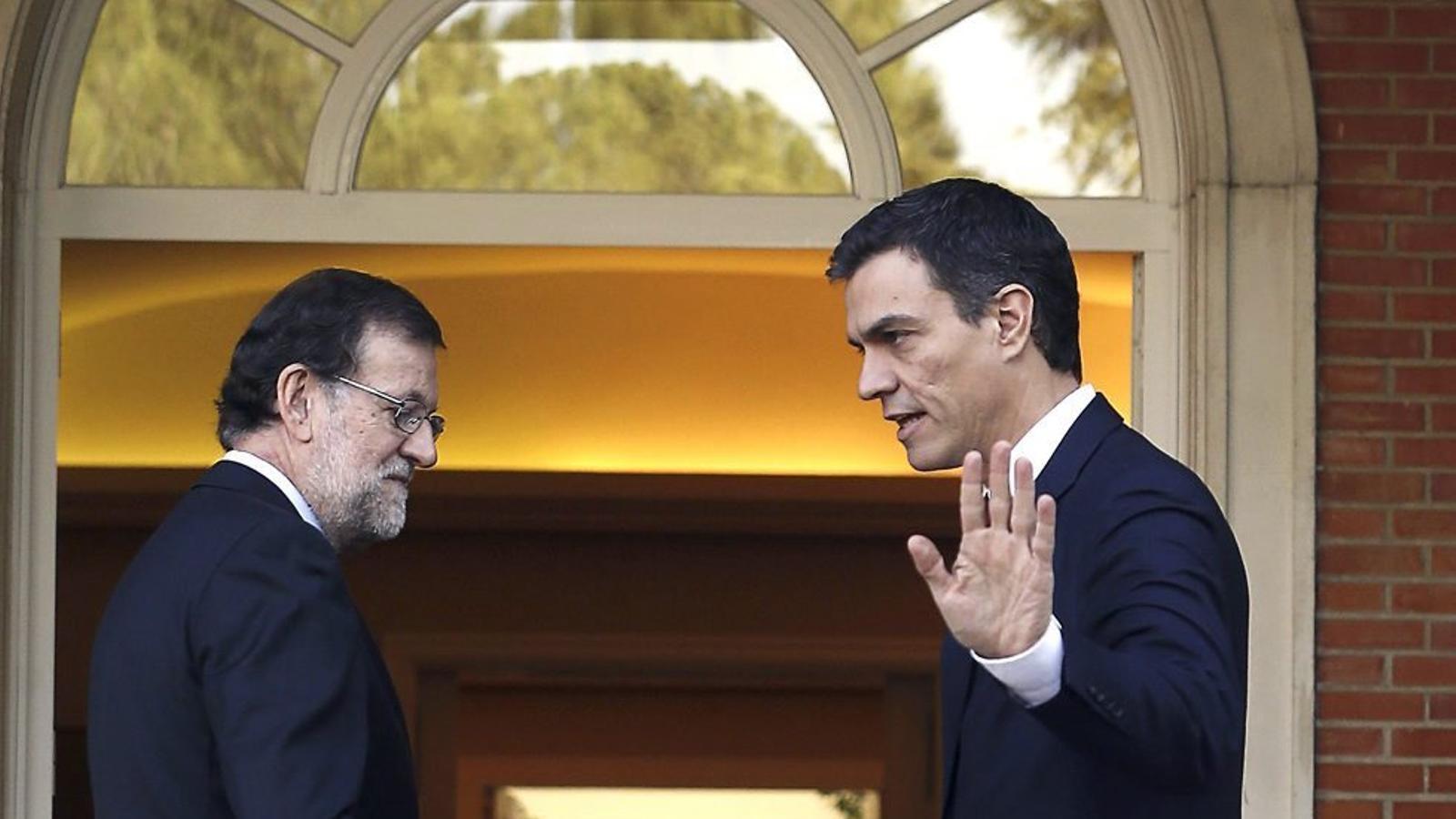 El president del govern espanyol en funcions, Mariano Rajoy, i el líder del PSOE, Pedro Sánchez, en una trobada mantinguda el desembre passat a la Moncloa. Els resultats d'aquest 26-J dictaran el seu futur polític.