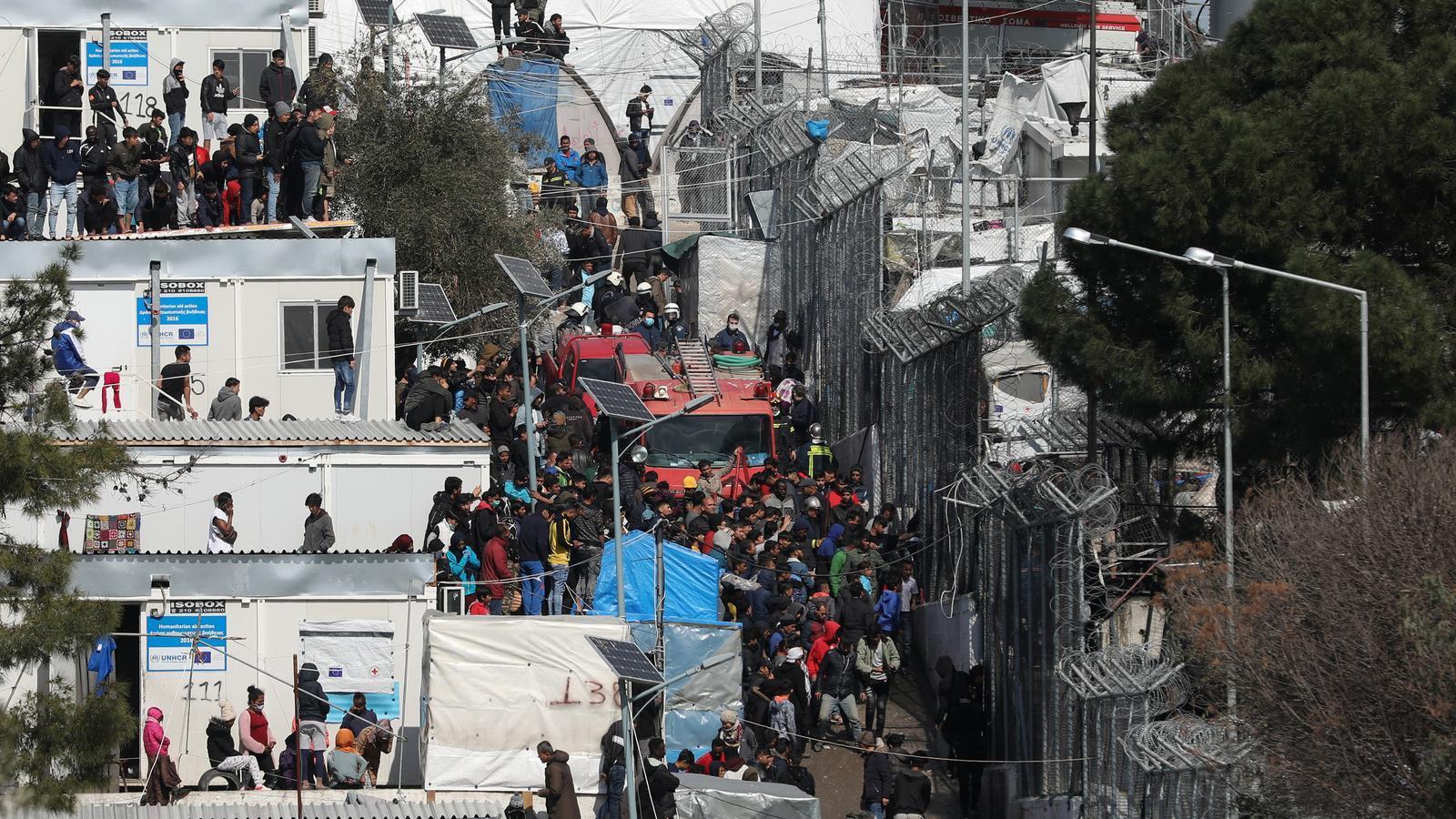 L'incendi  i l'amenaça del Covid-19 fan que la situació sigui insostenible al camp de refugiats de Lesbos
