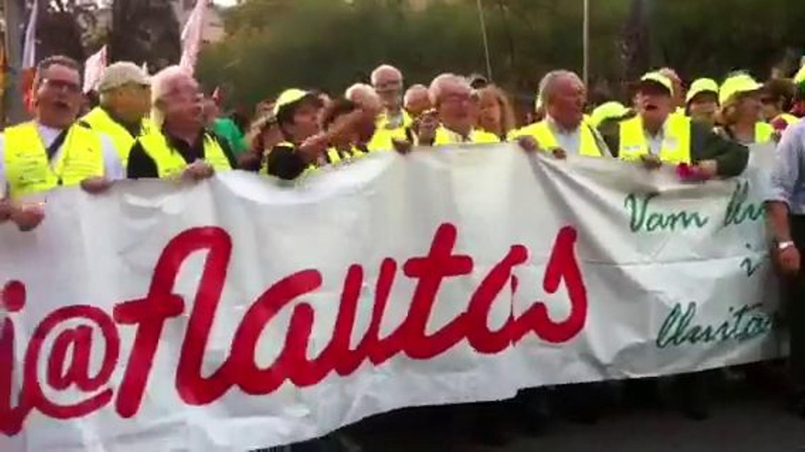 Els 'iaioflautes' ballen 'L'estaca' a la manifestació de l'esquerra independentista