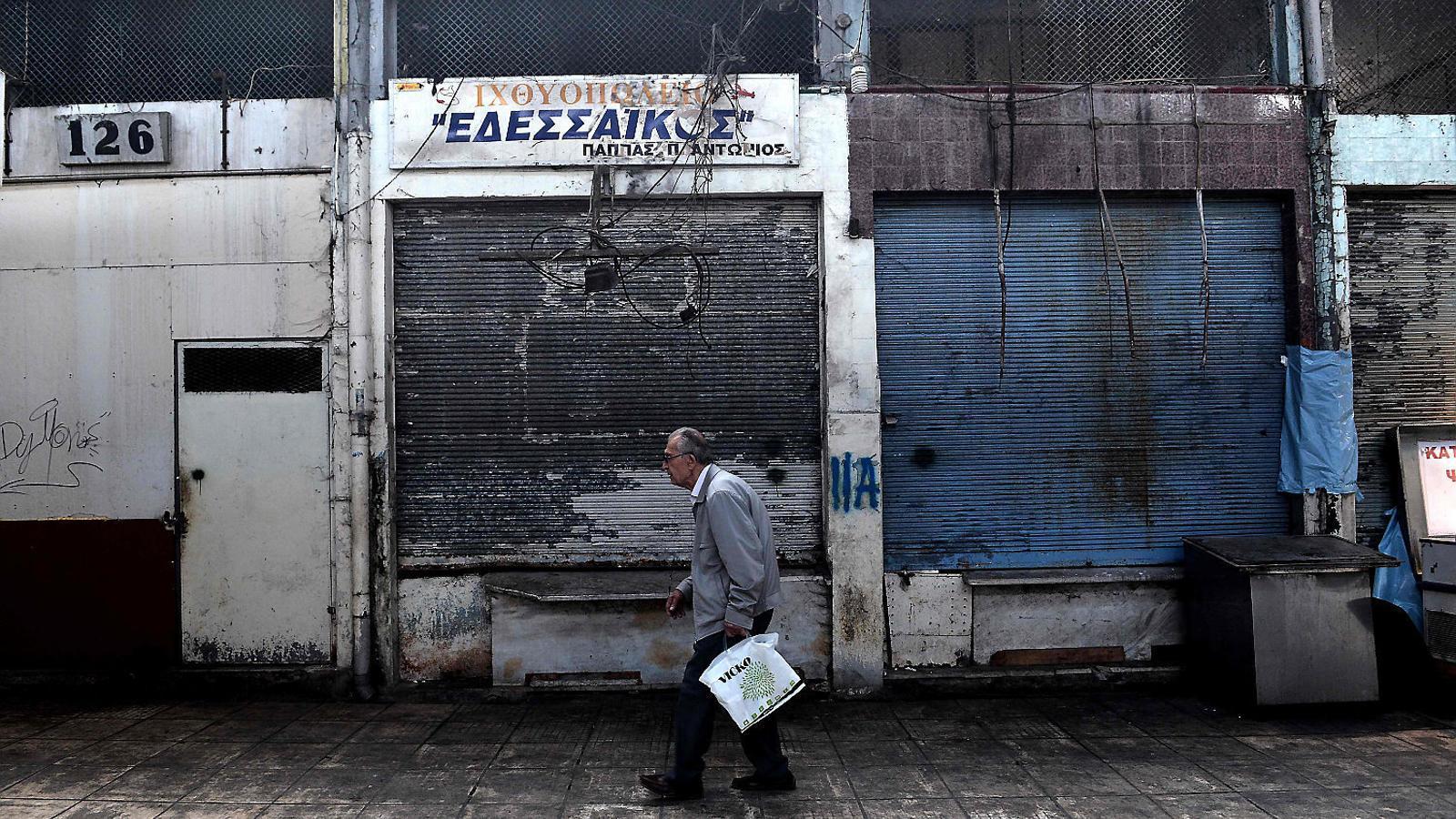 L'austeritat imposada per Europa ha fet augmentar la pobresa a Grècia. A la foto, un home passejant ahir per Tessalònica.