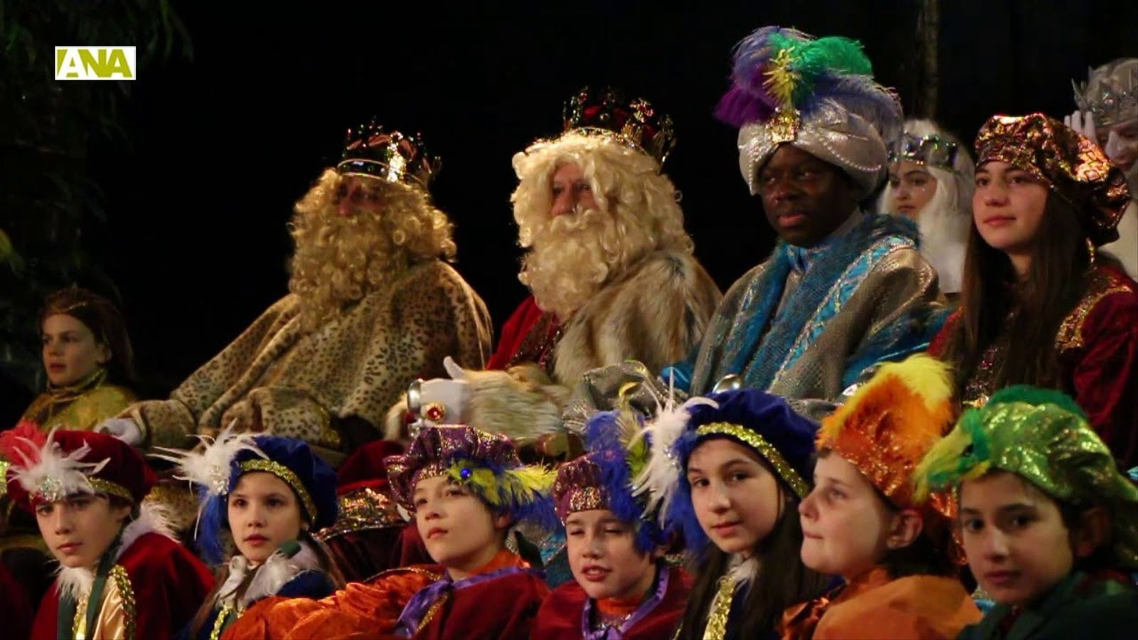 Centenars d'infants esperen els Reis Mags a Ordino