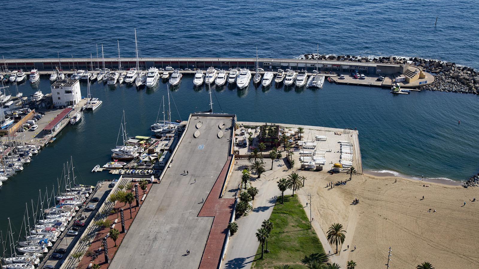 01. Un detall de les carrosses dels Reis d'Orient, guardades al magatzem. 02. El moll de la Marina, on es construirà un túnel per connectar el port amb la platja.