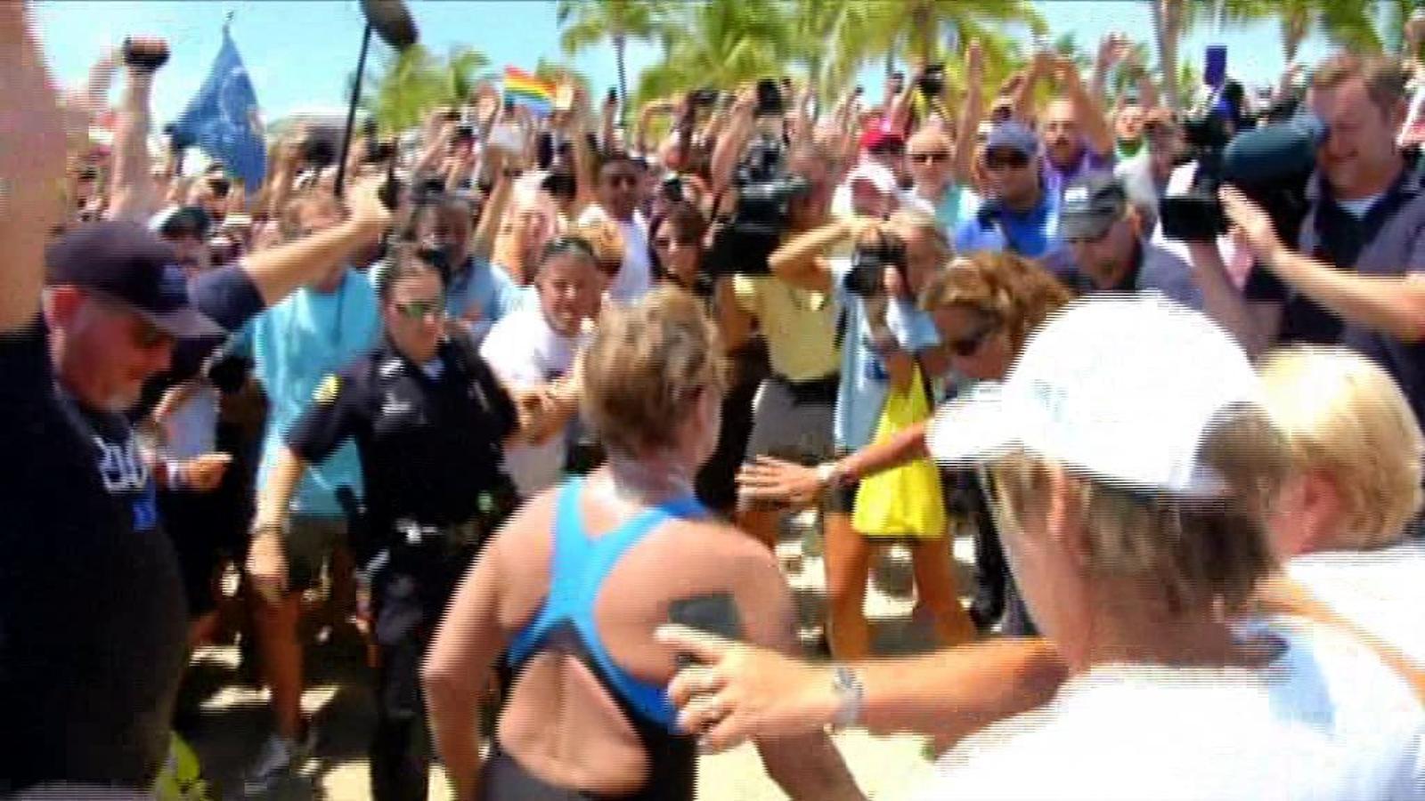 Una nedadora de 64 anys es converteix en la primera a creuar l'estret de Florida sense gàbia antitaurons
