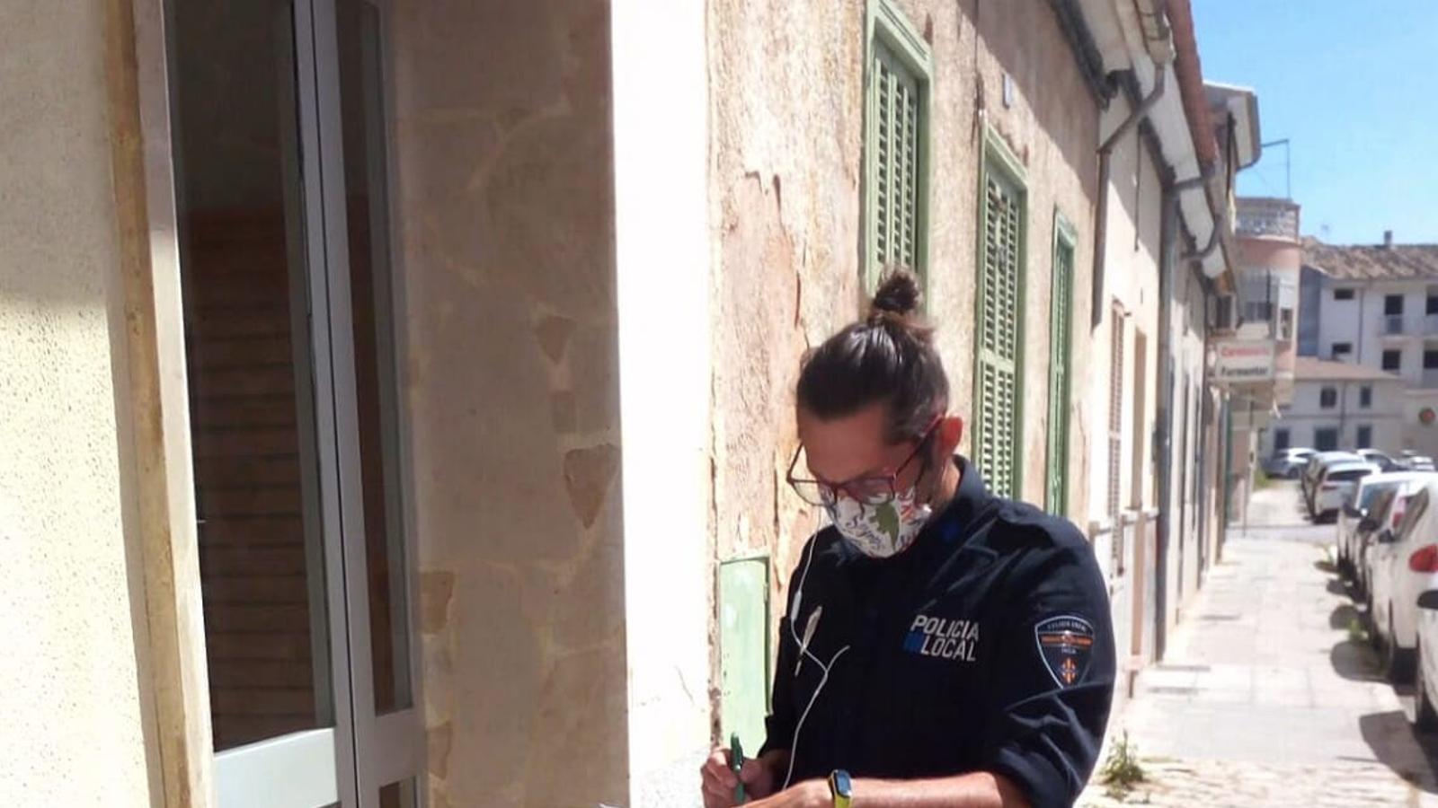 El policia tutor repartint material escolar.
