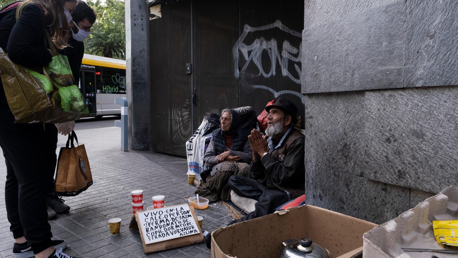 Menjar, roba i deu minuts de companyia per als 'confinats' al carrer