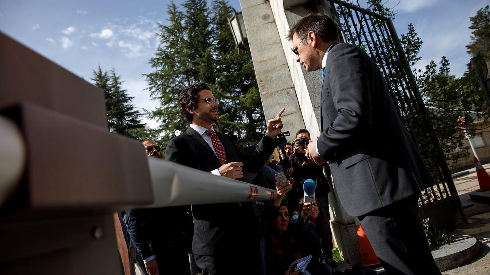 L'advocat Eduardo Ranz amb alguns dels familiars a les portes del Valle de los Caídos.