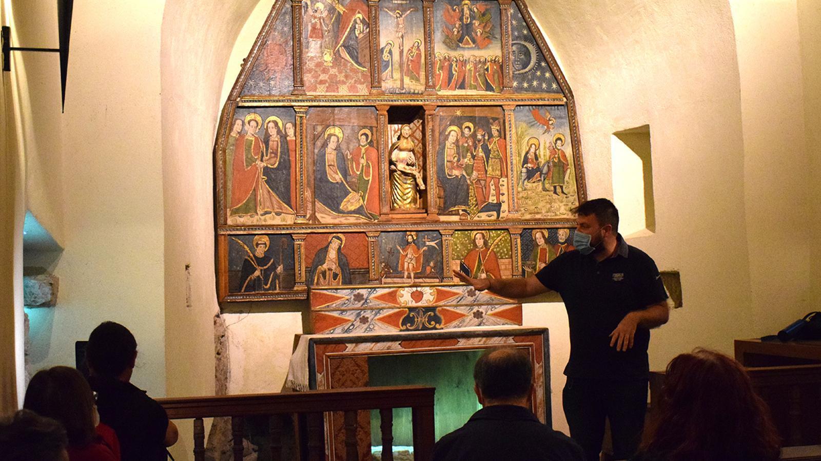 Robert Lizarte explica als assistents aspectes de l'església de sant Marc i santa Maria. / M. F. (ANA)