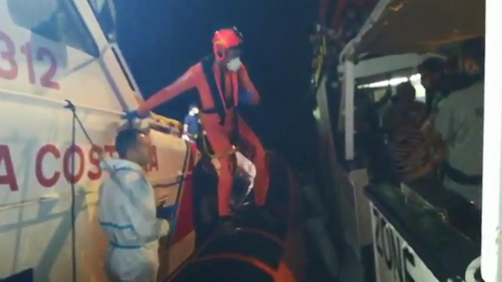 Moment en què les autoritats italianes evacuen el nadó i la seva família.