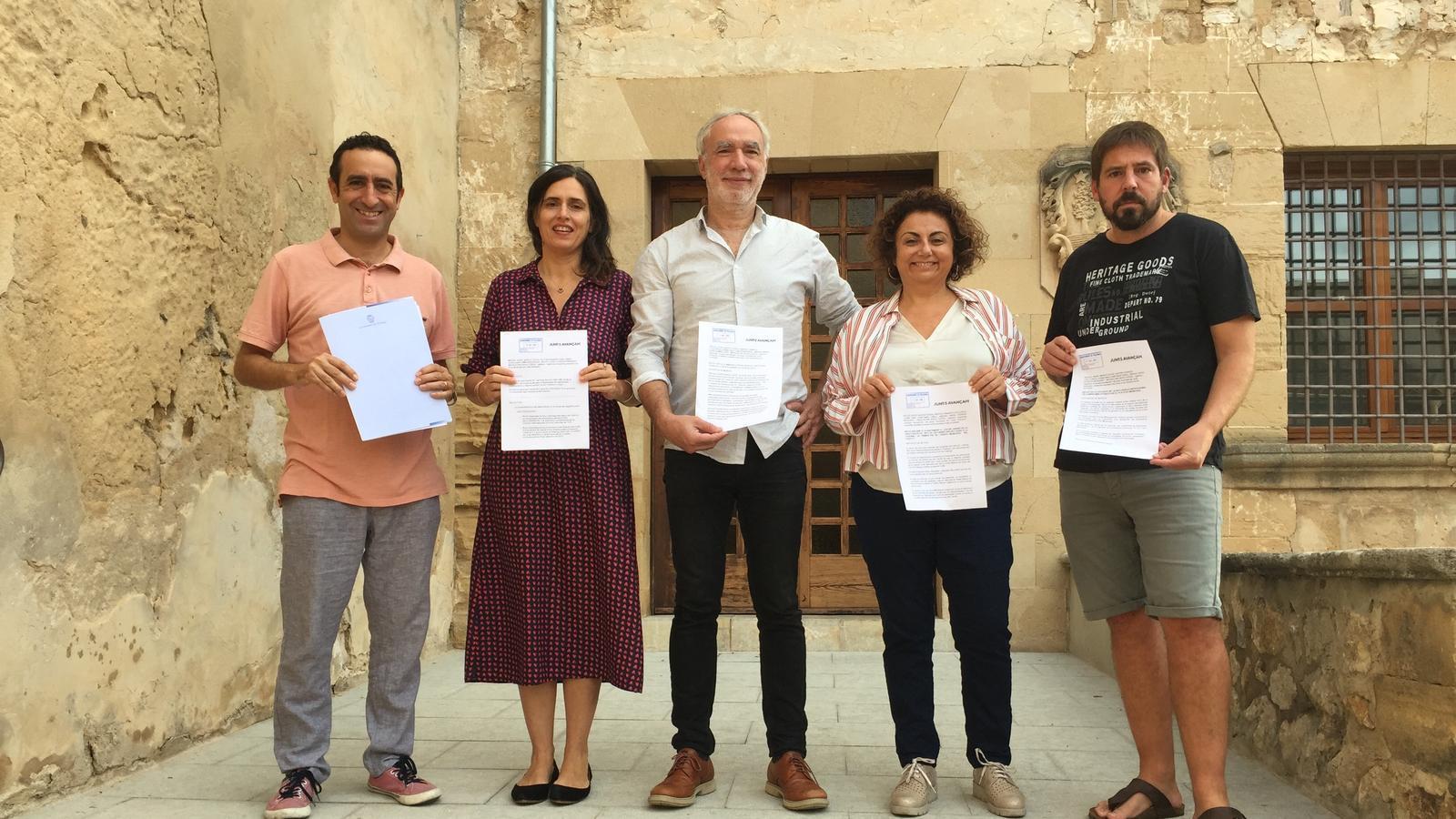 Els regidors de Junts amb la petició de convocatòria d'un ple extraordinari.