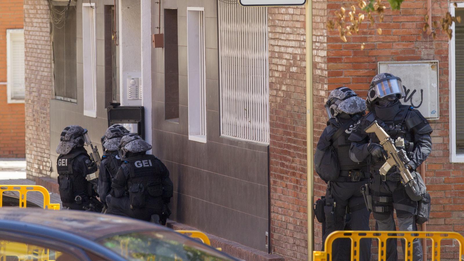 Agents de l'Àrea dels Grups Especials d'Intervenció (GEI) dels Mossos d'Esquadra a punt d'entrar al domicili de l'home abatut a la comissaria de Cornellà