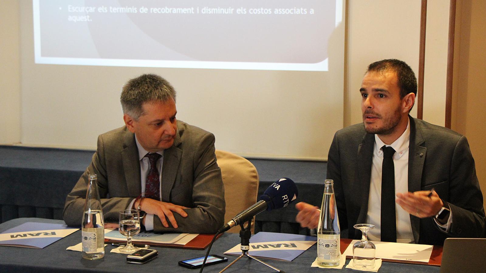 El ministre d'Economia, Competitivitat i Innovació, Gilbert Saboya, i el soci director del Registre de Morositat, David Castillo. / B. N.