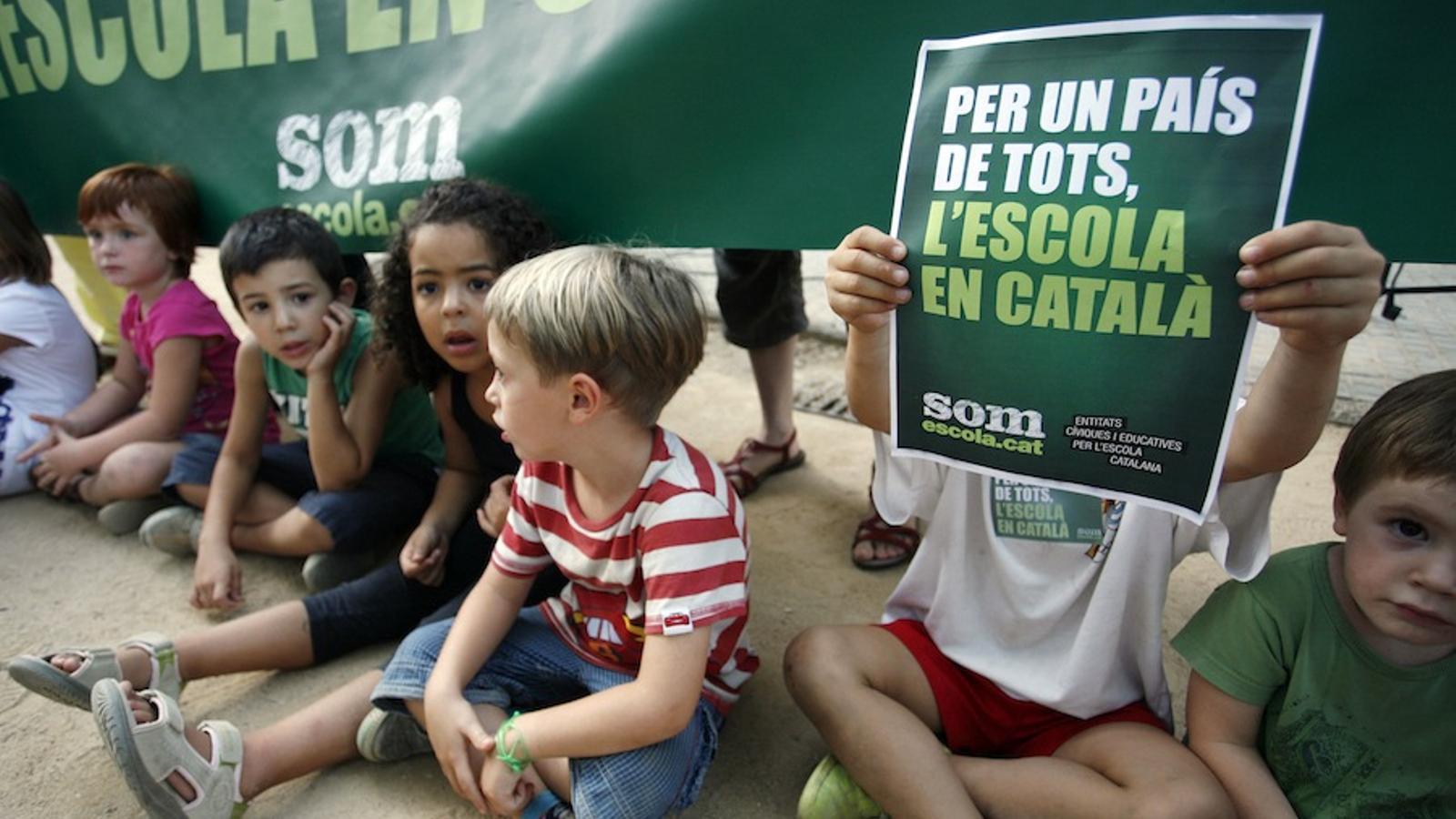 Nens participant en la concentració per l'escola en català a Girona / CÈLIA ATSET