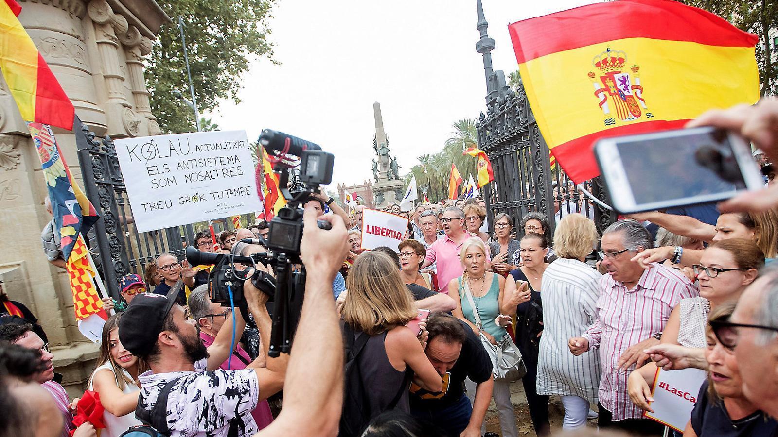 El càmera de Telemadrid agredit ahir enmig de la manifestació convocada per Cs davant del Parc de la Ciutadella.