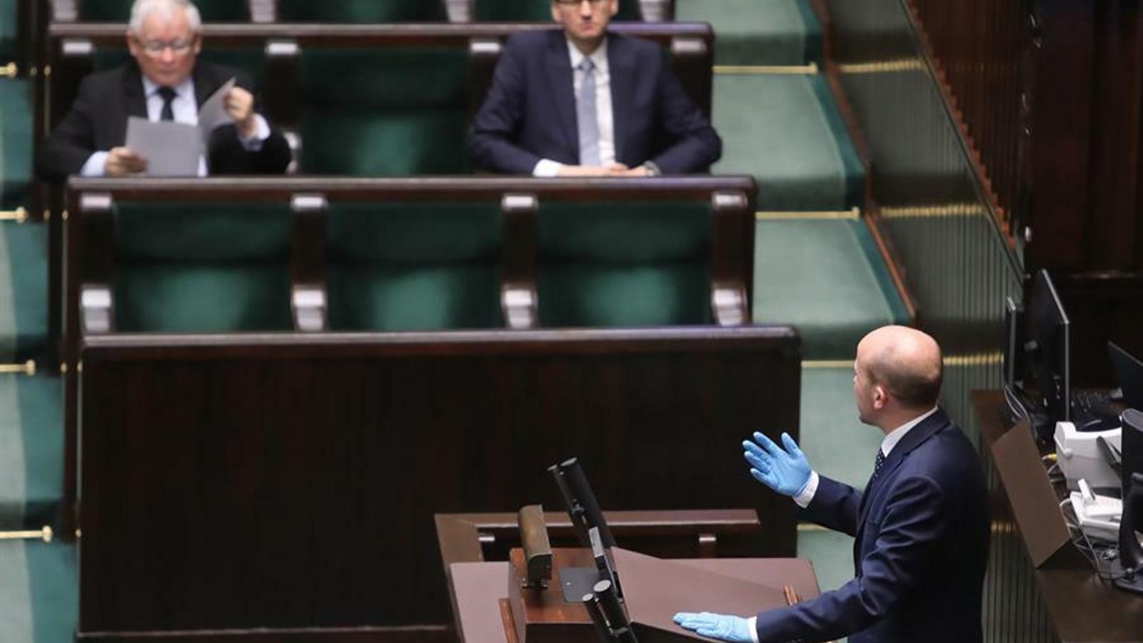 Jaroslaw Kaczynski llegint un documents durant la sessió parlamentària a Varsòvia