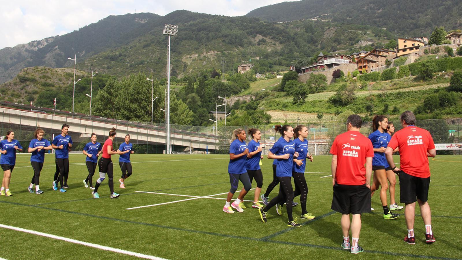 Un moment de l'entrenament de la selecció esoanyola femenina d'handbol a Prada de Moles