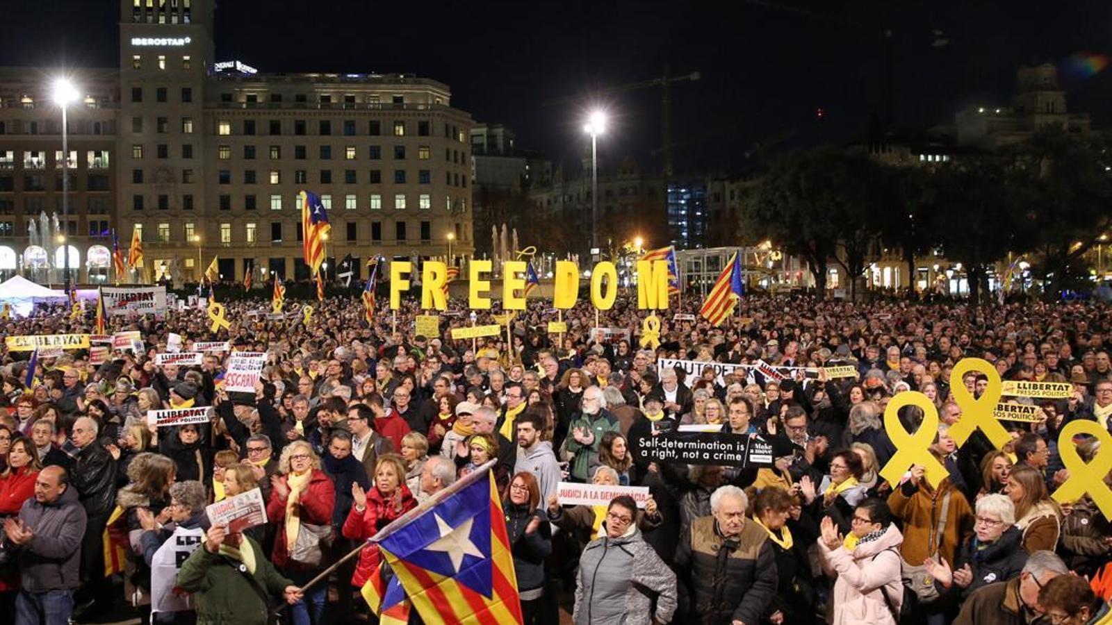 Concentració en suport als presos, a la plaça Catalunya de Barcelona