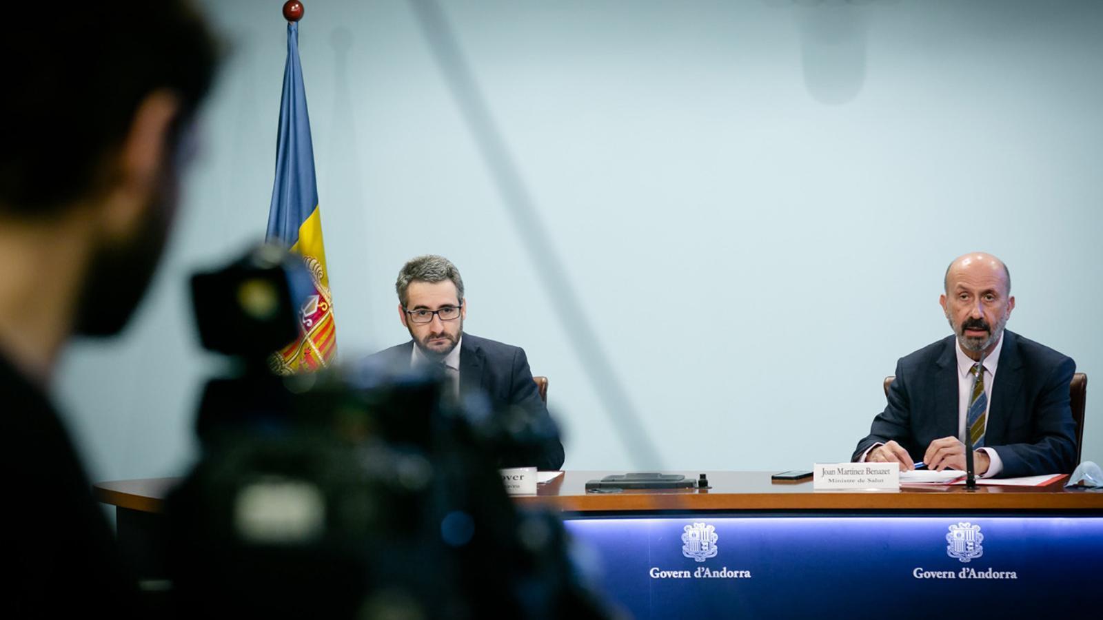 Els titulars de Finances i Salut, Eric Jover i Joan Martínez Benazet, durant la roda de premsa d'aquest dijous. / SFG