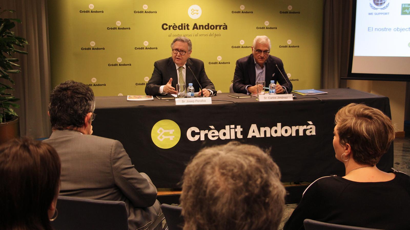 El conseller delegat de Crèdit Andorrà, Josep Peralba, i el responsable de l'Oficina de Comunicació per Espanya i Andorra del Centre Regional d'Informació de les Nacions Unids per a l'Europa Occidental, Carlos Jiménez, durant la roda de premsa / M.B. (ANA)