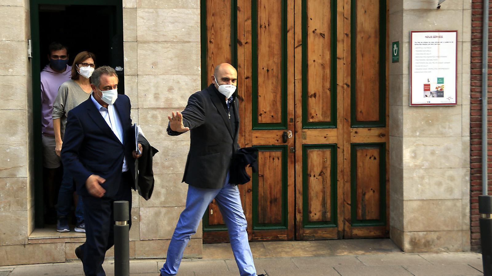 Xavier Vendrell sortint del seu domicili a Sant Joan Despí després de l'escorcoll.