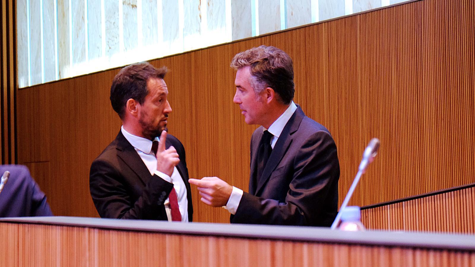 El socialdemòcrata Pere López conversant amb el síndic general, Vicenç Mateu. / M. T.