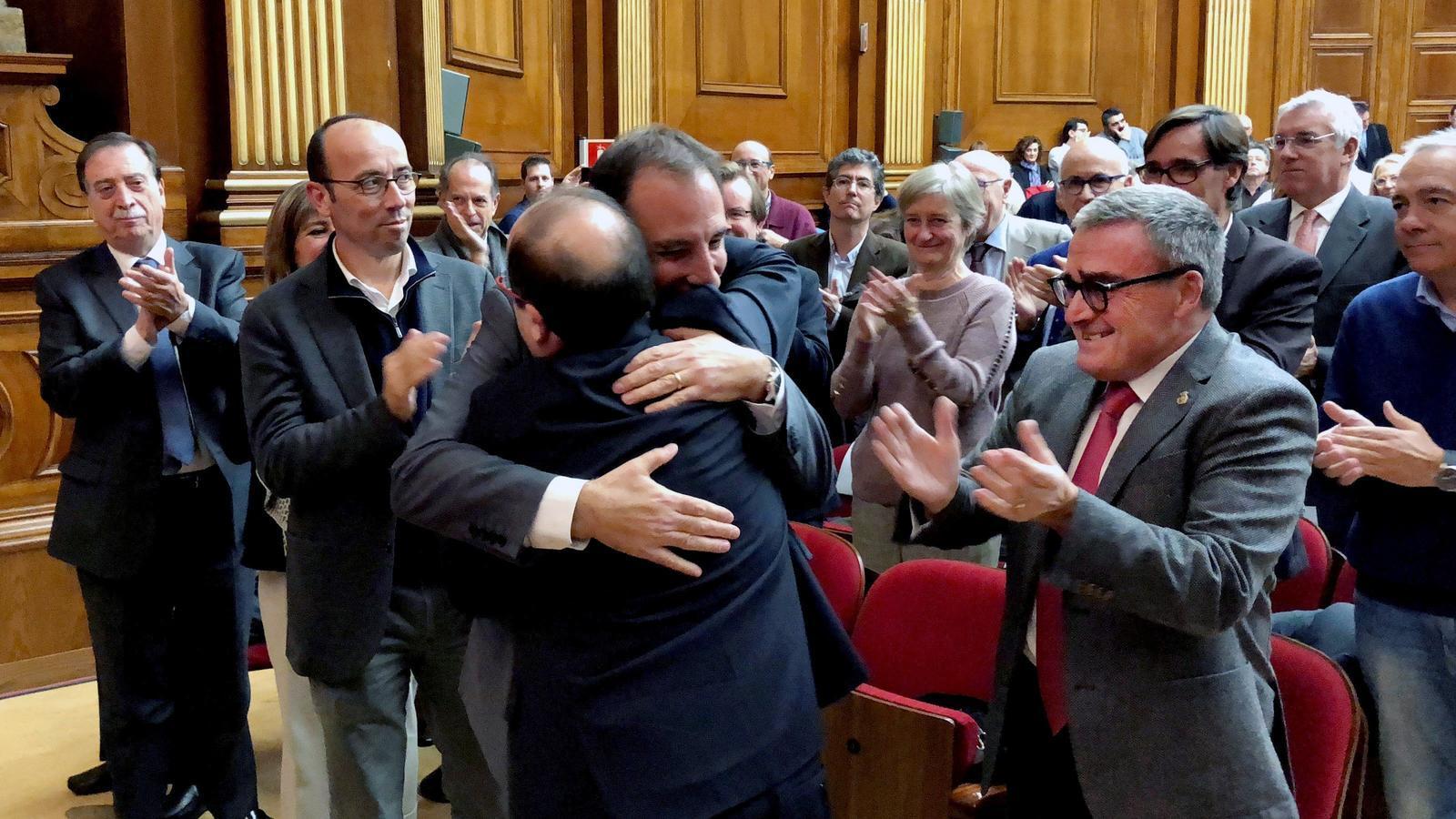 El primer secretari i candidat del PSC al 21-D, Miquel Iceta, abraçant-se aquest dijous a l'exlíder d'Unió i número 3 dels socialistes per Barcelona, Ramon Espadaler