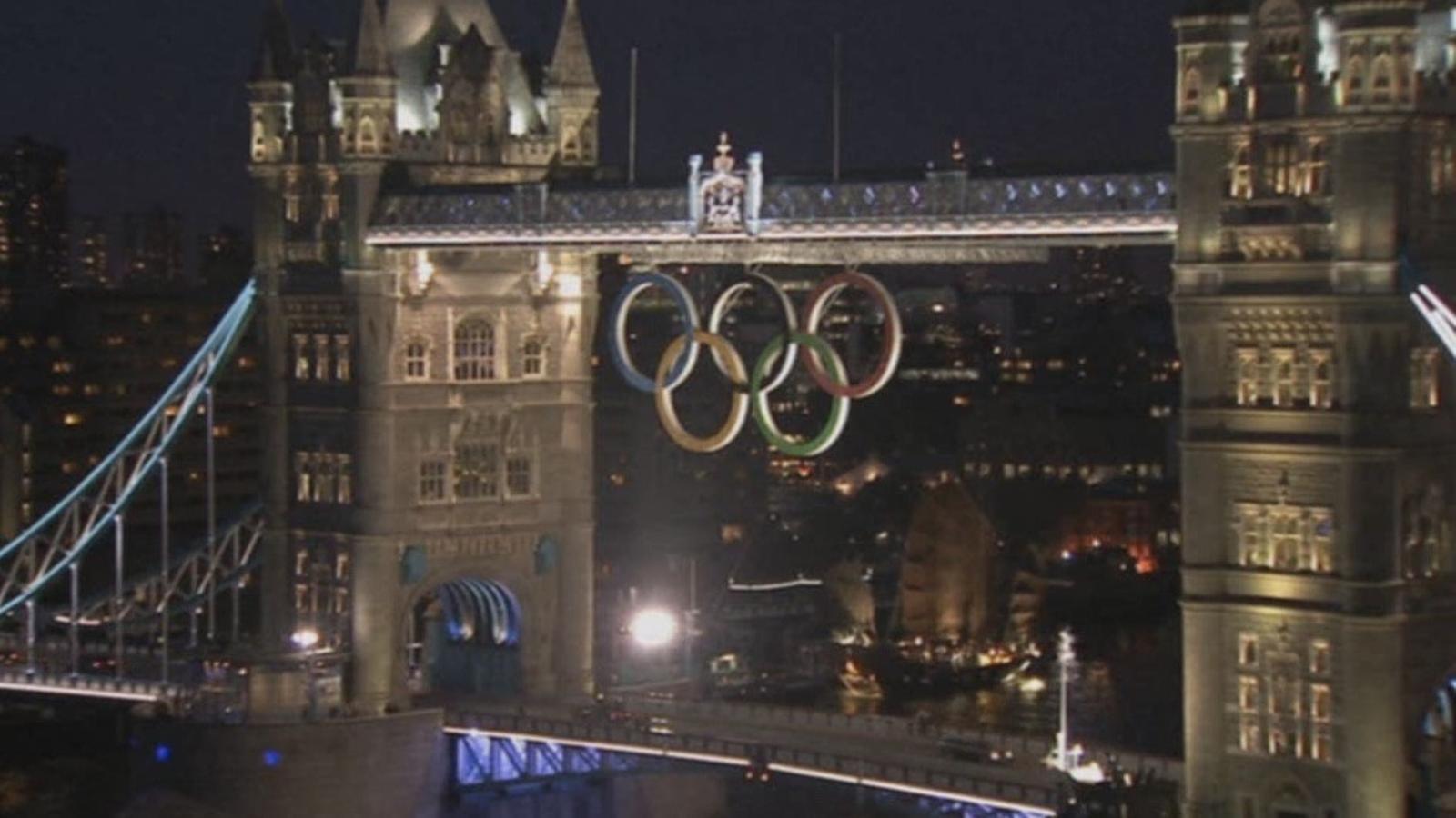 Els anells olímpics ja coronen el Tower Brigde de Londres