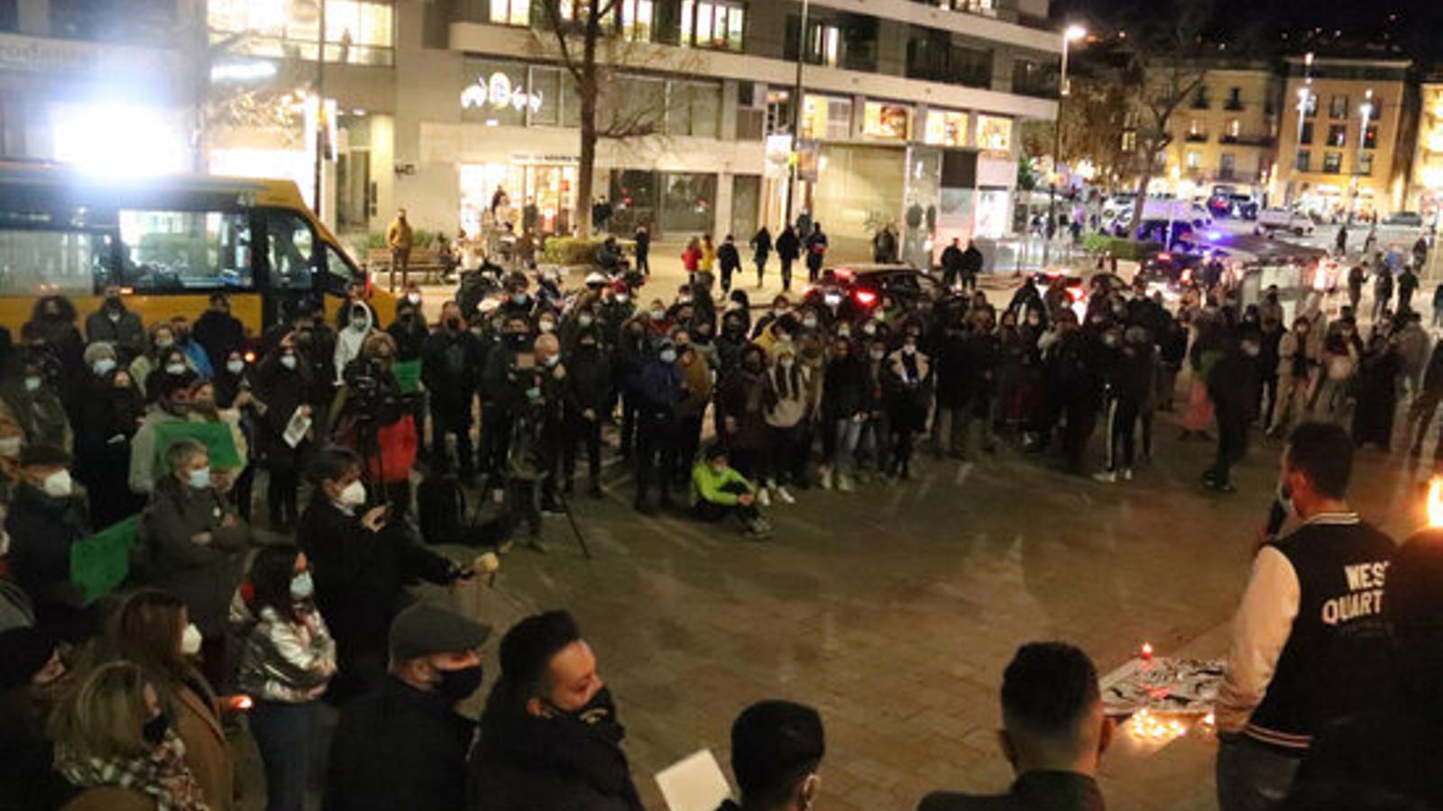 Concentració en record de Hamza Iouazgui, que es va suïcidar a Girona